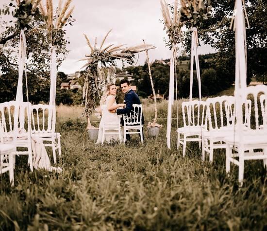 Ihr plant eine romantische Hochzeit? Wenn möglich in freien? Dann sind unsere Hochzeitsstühle genau das Richtige. Das verspielt elegante Desingn ist outdoor-tauglich und veredelt den schönsten Tag Eures Lebensmit ganz viel Charme.