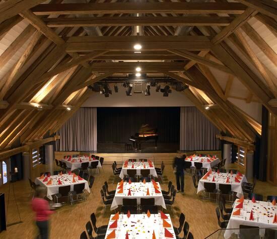 Grosser Saal mit Bühne