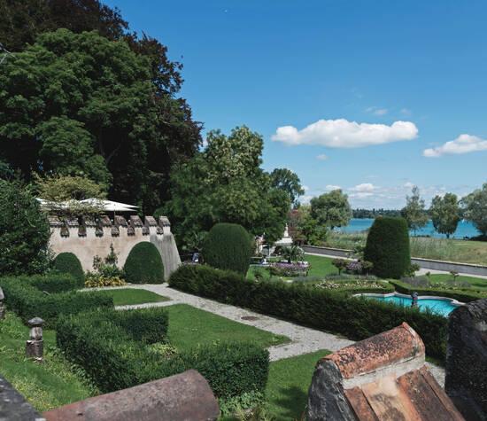 Blick in den Schlossgarten und auf den Bodensee
