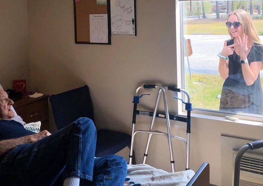 Enkelin berichtet Grossvater am Fenster von ihrer Verlobung!